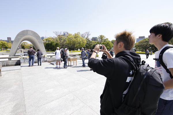 見学ポイントが前期に行われる講義の「初年次ゼミナール」につながるため、メモを取りながらしっかり写真も撮影。