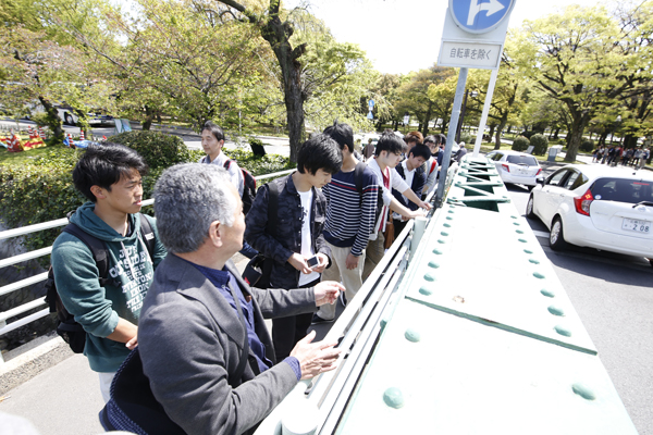 被爆構造物の本川橋では、橋脚など橋の構造を細部まで確認します。