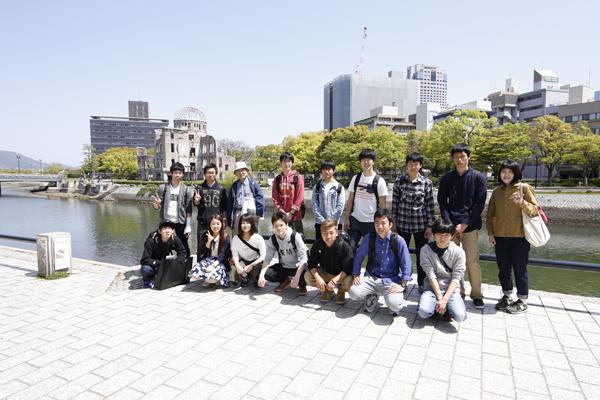 世界遺産・原爆ドームを背景に記念撮影も。