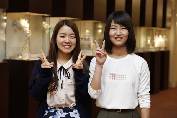 野村美佳さん(左)は愛媛県出身。「繁華街のショップの数や種類が多くて、都市規模の違いを実感しました」。広島出身の西下友理さん(右)は「都市計画に関わる仕事がしたいので、建物の構造などもしっかり学ぼうと思います」