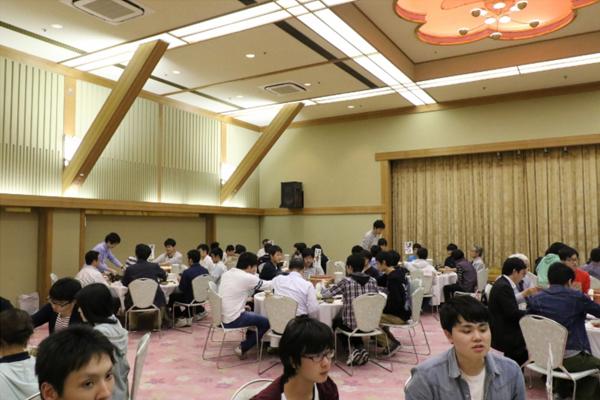 電子情報工学科は宮島に宿泊し、ゲームやレクリエーションで互いの距離を縮め、友情や仲間意識を育みました。写真はホテルでの夕食会の様子。