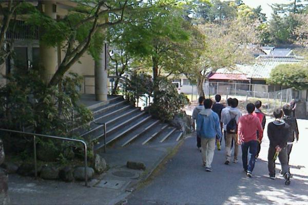 電気システム工学科も宮島に宿泊。昼間はチェックポイントを巡るウォークラリーを行いました。
