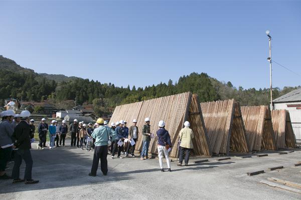 材木は、1カ月以上、天日で乾燥させます。こうすることで、加工後の収縮が少なくなります。