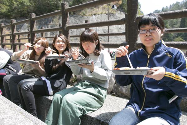 途中、大自然の中でお昼ごはん。入学後1週間経ち、仲間も増えてきました。