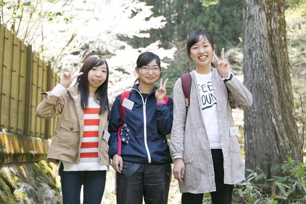 1年生の石野明衣さん(舟入高校出身)(右)、青木景子さん(山陽女子学園高等部出身)(中)、稲葉里沙さん(美鈴が丘高校出身)(左)。「木のたどる道筋を見学できたことは、とても勉強にもなりました。大学にも慣れてきたので、これから行うベンチ作りがとても楽しみです」(石野さん)