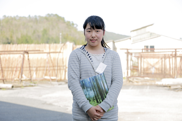 同じく1年生の上野あかねさん(広島国泰寺高校出身)。「マルニ木工で、人の思いが詰まった家具を修理する様子を見て、とてもやりがいのある素敵な仕事だなと思いました。私もインテリアに関わる仕事に就いてみたいです」