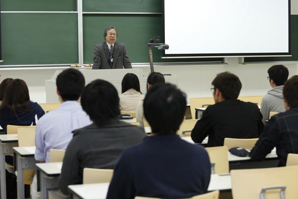 「専門的な知識と社会人基礎力を身に付け、ぜひ後輩の模範となるような学生になってください」と副学長の河内先生があいさつ。