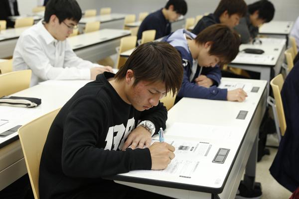 充実したプログラムが用意されていることを知り、それぞれの学生が将来のビジョンを思い描いていました。