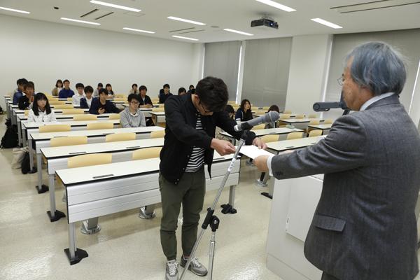 学生を代表して、工学部建築工学科の坂本華生君が河内副学長から認定通知書を受け取りました。