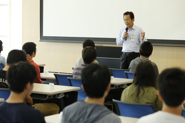 交流会に先立ち、工学部長の宋先生から、発展トラック学生としての心構えについて話がありました。「皆さんの前には、無限の可能性が広がっています。しっかり目標を持って4年間を過ごしてください」