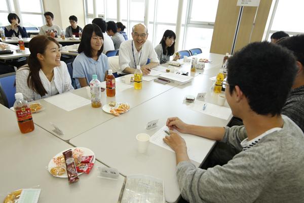 各テーブルには副学長や学部長がスタンバイ。一人ひとりの学生の希望や興味を聞き出しました。