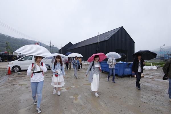 当日はあいにくの雨でしたが、学生は傘を差しながら積極的に各施設を見学して回りました。