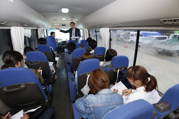 施設の説明をしていただいたのは株式会社イワキ営業部の小神田直史さん。小神田さんは広工大のOB、環境デザイン学科1期生です。