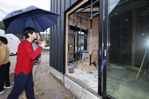 内装工事の現場も見せていただきました。建築デザインを学ぶ学生たちは興味津々です。