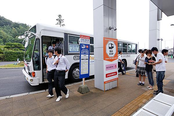広島工業大学の最寄駅であるJR五日市駅南口から無料スクールバスが運行しています。バスが大学に到着するたびに、大勢の来場者がメイン会場となる「三宅の森 Nexus21」に、期待を胸に入場します。