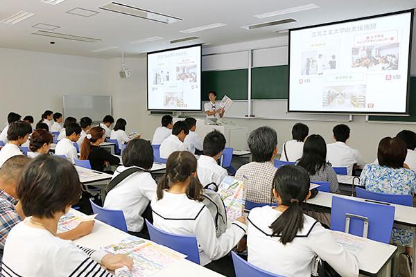全体説明会では、情報学部の先輩学生が登場。オープンキャンパスのポイントを、隅から隅までレクチャーしてくれます。