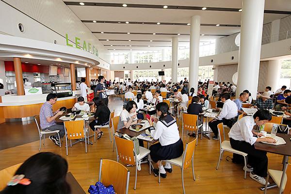 学内レストラン「LEAF GARDEN」。無料でオープンキャンパス限定メニューを味わうことができます。