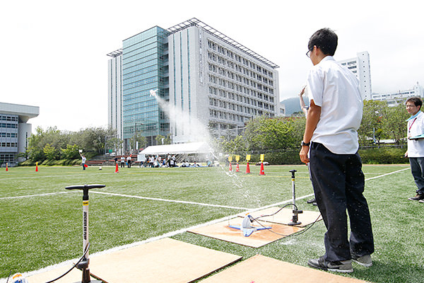 恒例の高校対抗水ロケット大会も開催! この日の最高記録は、68mでした。先輩学生からのアドバイスにより、水の量や発射角度、羽の位置など、色々な設定を試しながら飛距離を伸ばします。