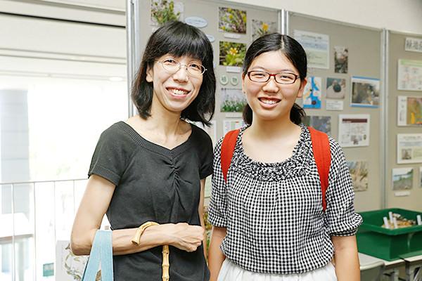 田中さん親子。「高校1年生ですが、大学の雰囲気を知りたくて来ました。広島工業大学のキャンパスに来るのは初めてですが、先輩がみんなハキハキ説明していて、すごいなと思いました。学食ランチも楽しみです」