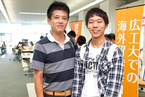 大分から来られた安東さん親子。「情報系の学科に興味があるので、ブースを見て回りました。下宿のことや留学のことなども聞くことができて、来てよかったと思います」