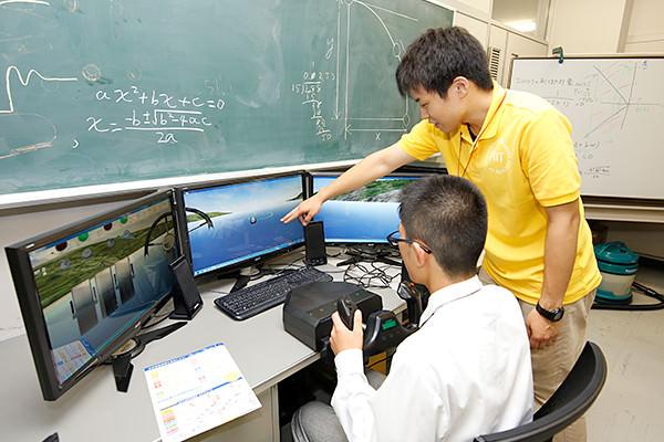 高度に知能化され、操縦者をアシストする船や飛行機の制御について、フライトシミュレータを使ってわかりやすく学ぶことができます。(知能機械工学科)