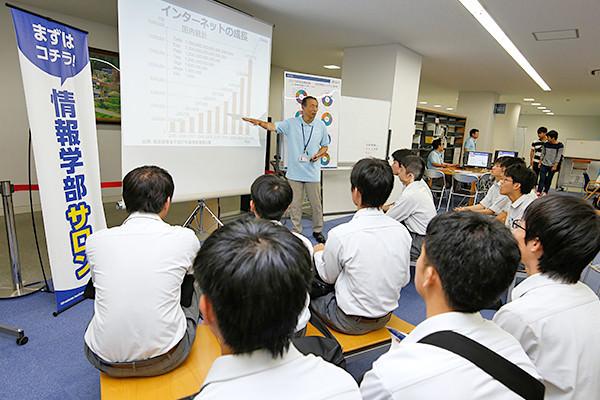 情報工学科と知的情報システム学科が合同で設置した「情報学部サロン」。まずは、ここで各学科の違いをしっかりと理解します。