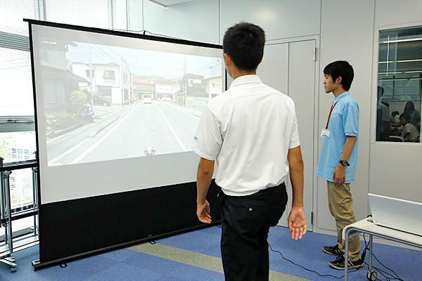 ストリートビューの画面の中を疑似的に旅することができるヴァーチャルトラベリング。センシング技術で身体の動きを検知し、それが画面に反映されることで、まるで本当に散歩をしているような気分になれます。(情報工学科)