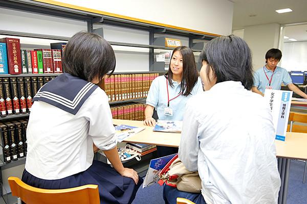 先輩大学生が対応する情報系に興味のある参加者専用の相談コーナーは、高校生目線の対応が人気を集めていました。女子学生専用のコーナーもあります。