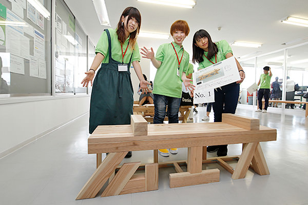 1年生が製作した木の椅子が多数展示してあり、来場者は気に入った作品に投票することができます。こちらのチームは、「広工大」の文字をそのままベンチにした、遊び心いっぱいの作品を作りました。(建築デザイン学科)