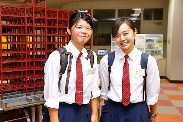 建築工学科を見学していた藤光さん(左)、田原さん(右)。「大学では住宅の設計をしてみたいので、どのような勉強をするのかを教えてもらいました。女子の先輩も多くて安心しました」