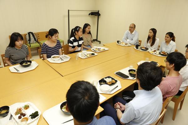 ゲストルームで、中国やアメリカから本学に留学中の学生も交え、食事をしながら交流。現在学んでいること、興味のあること、それぞれの国の印象などを語り合いました。