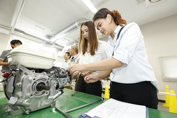 9号館のエンジン整備室。ここではエンジンの分解に挑戦しました。タイでも経験しているとあって、工具の扱いもスムーズです。