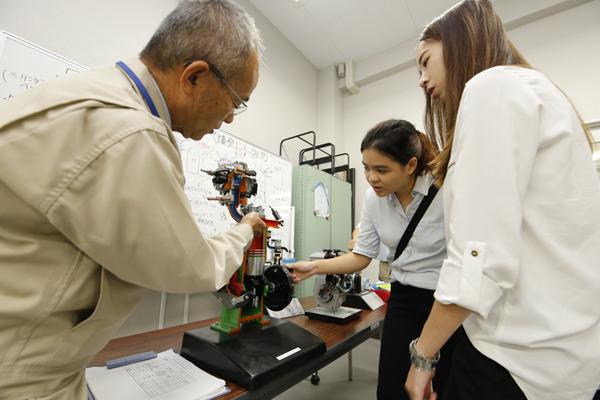 知能機械工学科の内田先生から、エンジンの仕組みについてレクチャーを受けました。