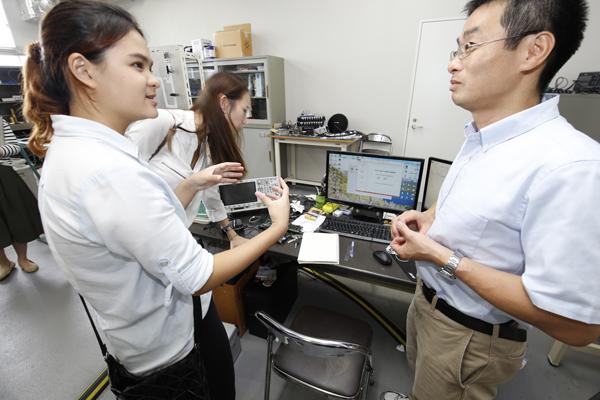 続いて、工学部知能機械工学科の八房先生の実験室へ。エンジン内の燃焼現象を測定する方法について、実験を進める八房先生や学生に教えてもらっていました。