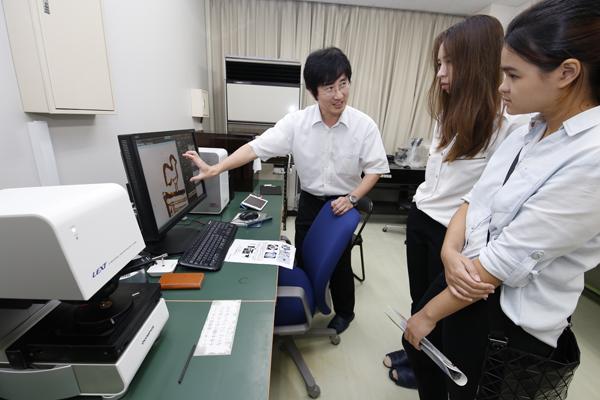 工学部機械システム工学科の王先生からは、研究で使用している電子顕微鏡について詳しく教えていただきました。