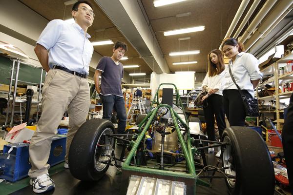 中央にあるのが、HITフォーミュラチームが現在製作している車体。軽量化に力を入れ、燃費の向上を目指していることについて城井啓吾君(知能機械工学科・4年 大分県立爽風館高校出身)が説明してくれました。