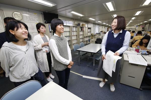 事務所内部ではたくさんの女性も働いていました。女子学生にとっては絶好のチャンス。仕事内容やキャリアについて、直接伺うことができました。