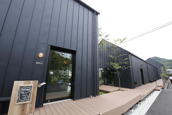 5つの棟からなる石内ペノン。黒く塗られた外壁がひときわ目を引き、おしゃれな雰囲気を演出しています。