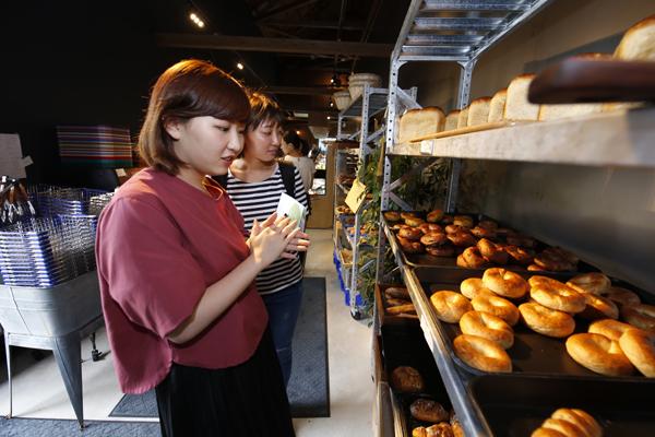 三次で収穫した三良坂小麦と自家製酵母でつくるパンが人気の「ANT BAKERY」。パンの焼ける香ばしい香りを楽しみながら、店舗の中を見学。利用客の立場に立った意見を伝えるために、細部までしっかり見学しました。