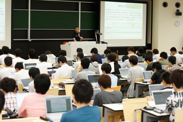 ノートパソコンが必要な「プログラミング基礎Ⅰ」の授業。先生から指示された内容をパソコンの画面に表示させながら、プログラミングを進めていきます。