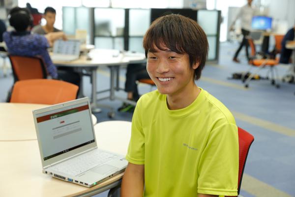 中川晴貴君(工学部建築工学科・1年)「ノートパソコンが故障したらすぐに対応してもらえるのはうれしいですね。ヘルプデスクの隣にはISMCサポートセンターもあるので、情報機器関連で困ったことがあればすぐに相談できて、とても助かっています」