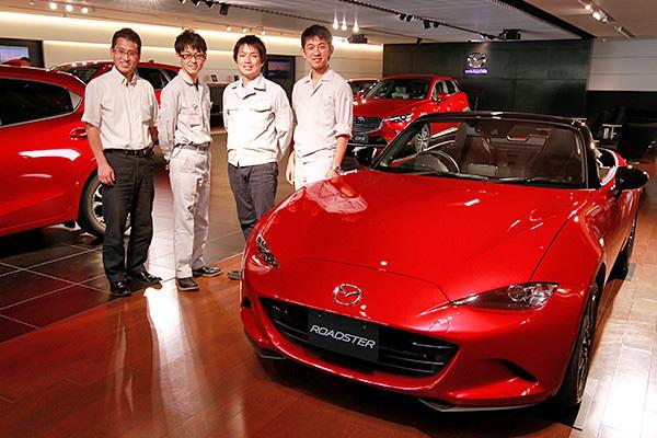 昨年、日本カーオブザイヤ―を受賞したロードスターと。左から、嘉代さん、福永さん、塚本さん、西田さん。