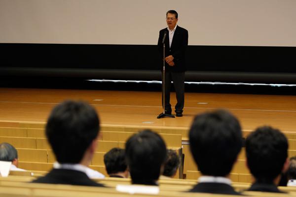 プレゼンに先立ち鶴学長があいさつ。「人間は失敗をしますが、その経験を繰り返さないよう工夫し成功に導くことができます。失敗の前には、必ずチャレンジがあります。今日はどのようなチャレンジが飛び出すか、期待しています」