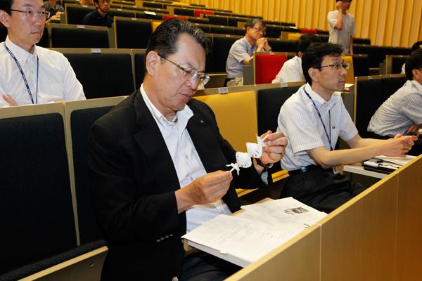 二重螺旋型風力発電装置の模型を、選考委員の先生方に見ていただきました。