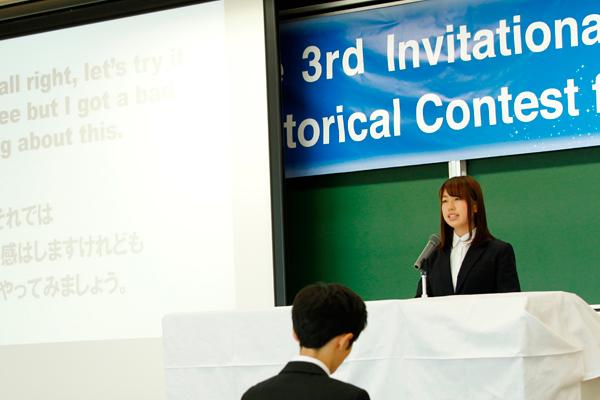 写真は、昨年、宇山さんが出場したスピーチコンテストの様子。「2週間という短い期間ですが、内容の濃い留学にしたいです」と抱負を語ってくれました。