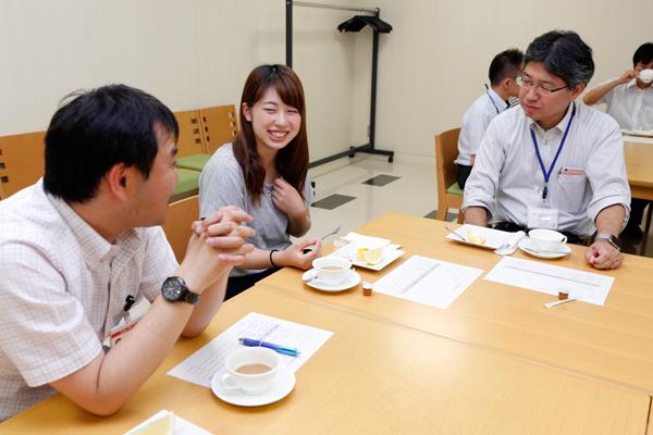 教職員とともに歓談の時間が設けられました。先生方の留学経験から最新の海外事情まで、幅広いお話を聞くことができました。