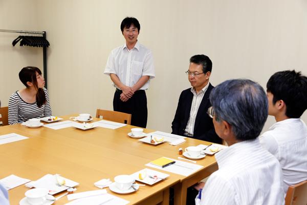 最後に国際交流センター長の王先生があいさつ。「海外では、本学の代表としての自覚を持って行動してください。帰国後、皆さんに元気で会える日を楽しみにしています」