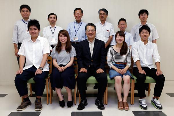 鶴学長を囲んで参加者全員で記念撮影。
