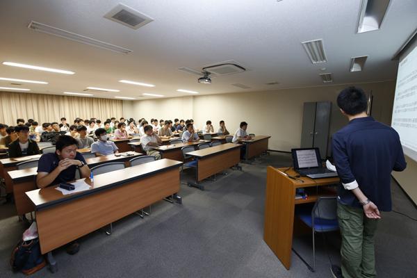 両学科あわせて7つのゼミの学生が研究成果を披露。自らの発表の前後には、他の学生の発表に真剣に耳を傾けました。