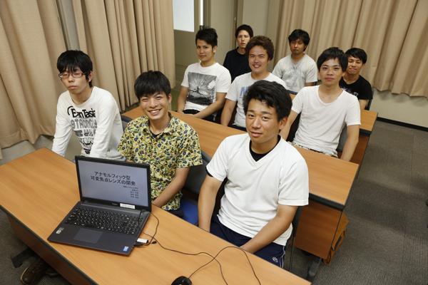 前列右から一緒に研究を進める牧島佑晃君、藤田彬幹君、吉川大輔君。「機械システム工学科は、ものづくりを広く学べ、ゼミでそれを深めることができるところがいいですね」(牧島君)